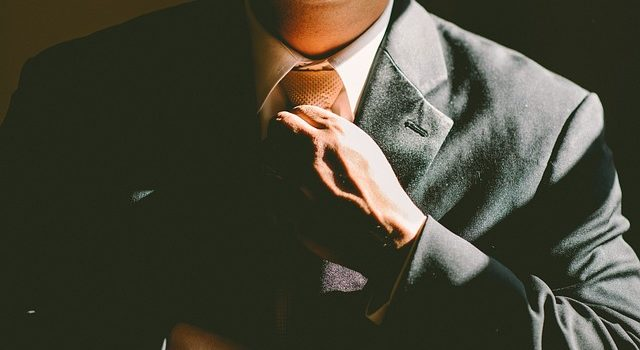 Suit adjusting tie